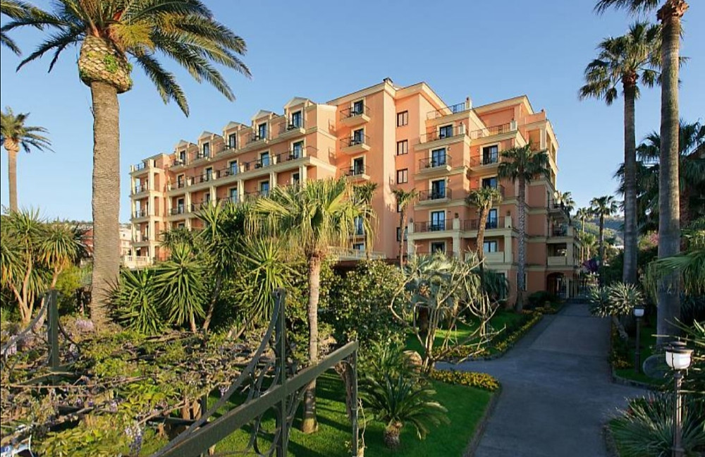 Grand Hotel Royal overlooks the sea and enjoys a privileged position overlooking the Gulf of Naples and Vesuvius.