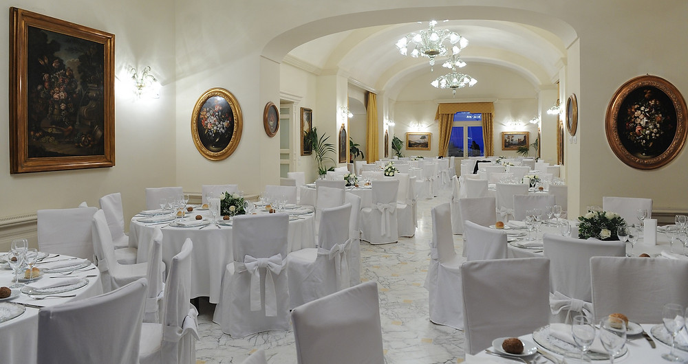 The internal dining room of Villa Angelina, a majestic Victorian-style magiorne, is ideal for winter celebrations