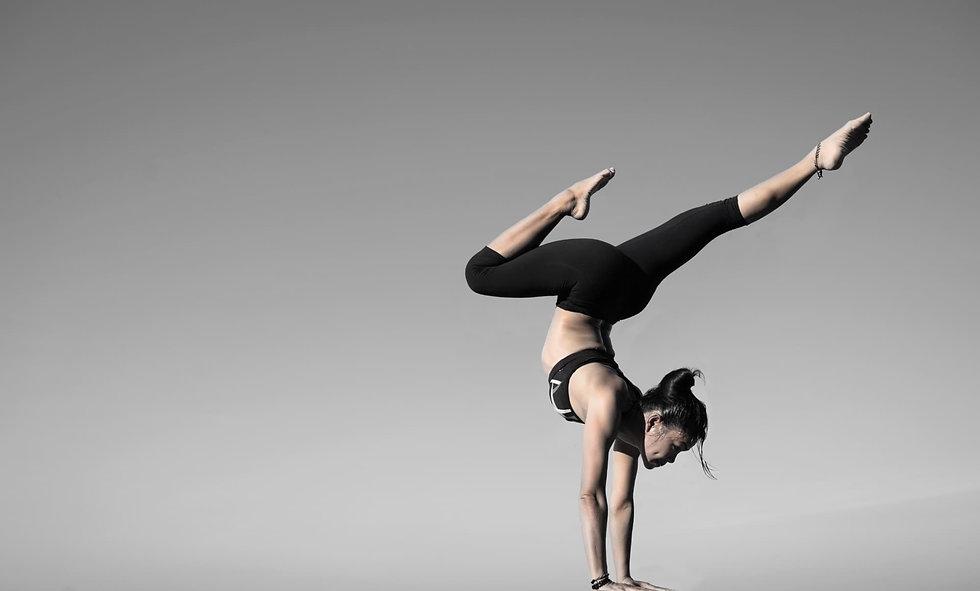 2balance-girl-handstand-317155.jpg