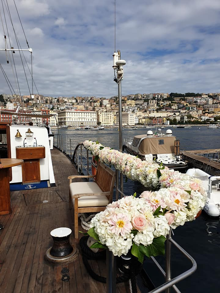 The decoration of the handrail of the ship takes up the floral theme used for the ceremony
