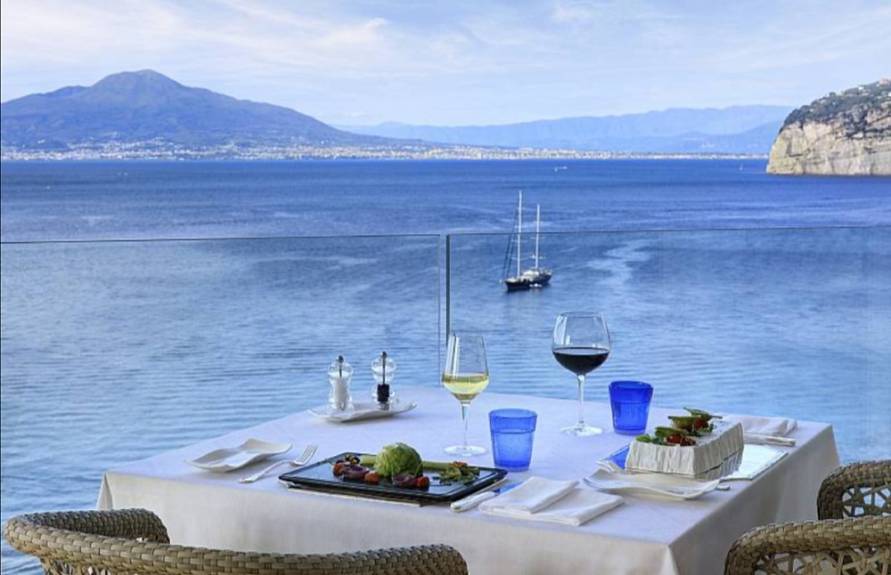 The Caprice bar is the ideal place to have an excellent aperitif on an unforgettable terrace overlooking the sea.