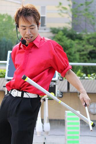 ジャグリングパフォーマンスをしてる大道芸人ジャグラービット
