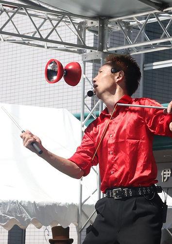 大道芸人がジャグリングショーをしている