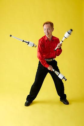 大阪の大道芸人ジャグラービットがジャグリングパフォーマンスをしている