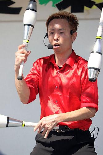 大道芸人がジャグリングパフォーマンスをしている