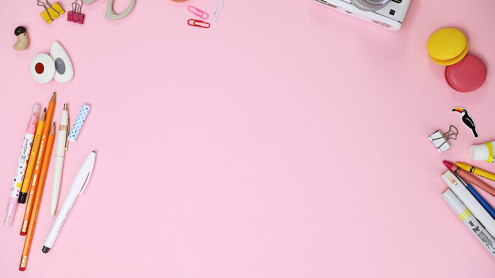 Photo vue du dessus de fournitures de bureau sur fond rose
