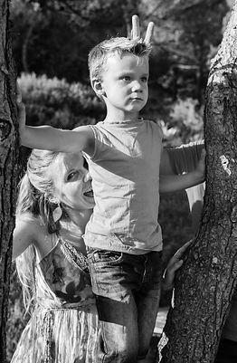 Portrait famille lifestyle N&B