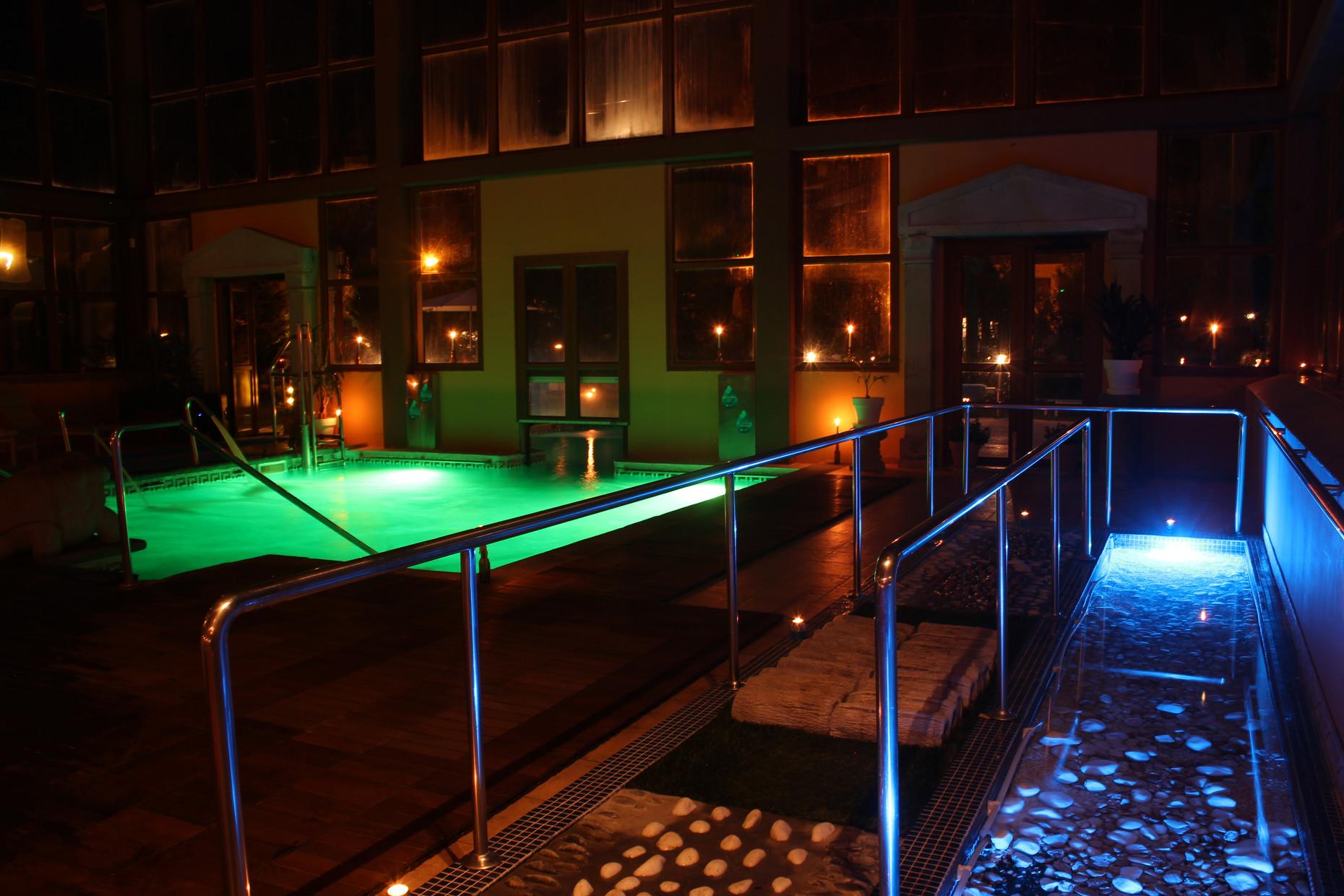 piscina interior nocturna
