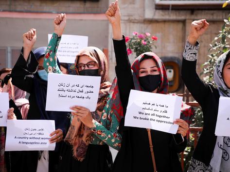 """""""¿Por qué el mundo nos mira morir en silencio?"""", desafían mujeres a talibanes"""