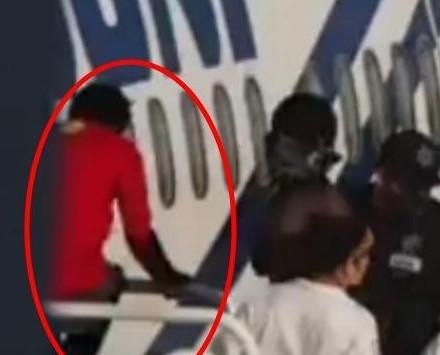 Video.- Haitiano salta de un avión para evitar deportación de México
