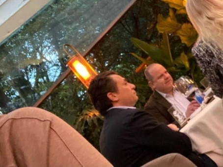 """""""Inmoral y provocadora"""" la imagen de Lozoya en un restaurante"""