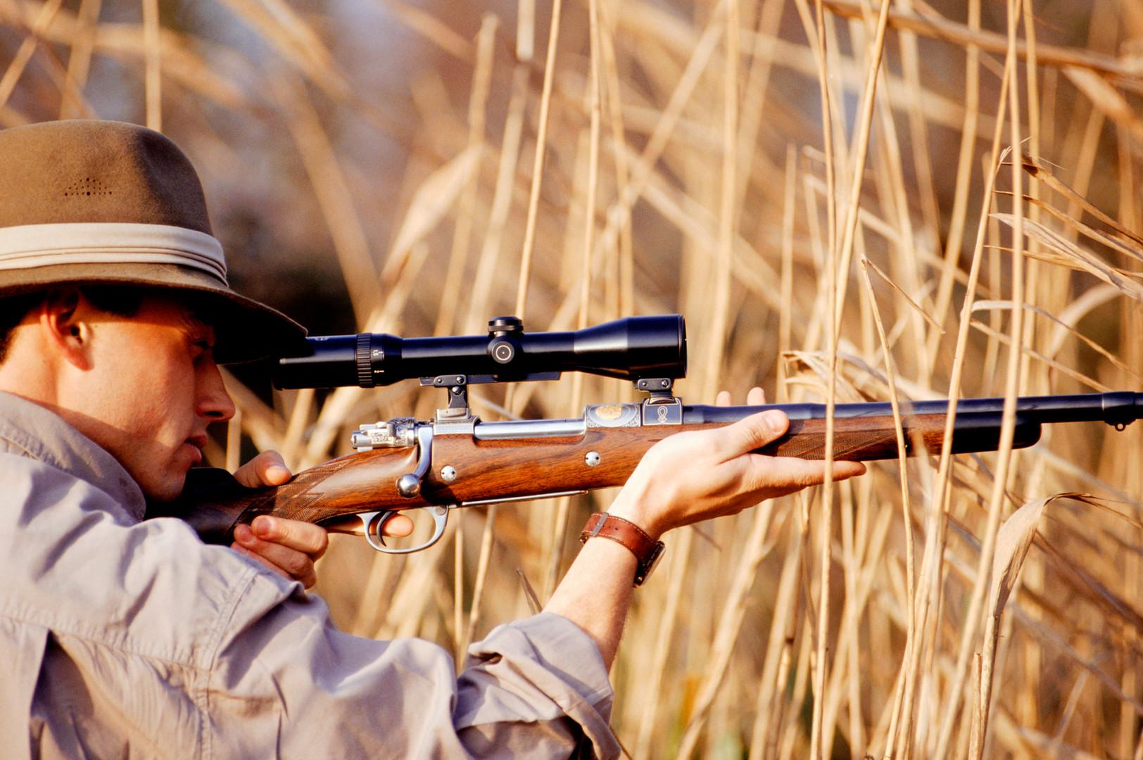 獵人瞄準步槍