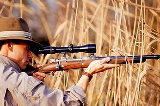 Cazador que apunta el rifle