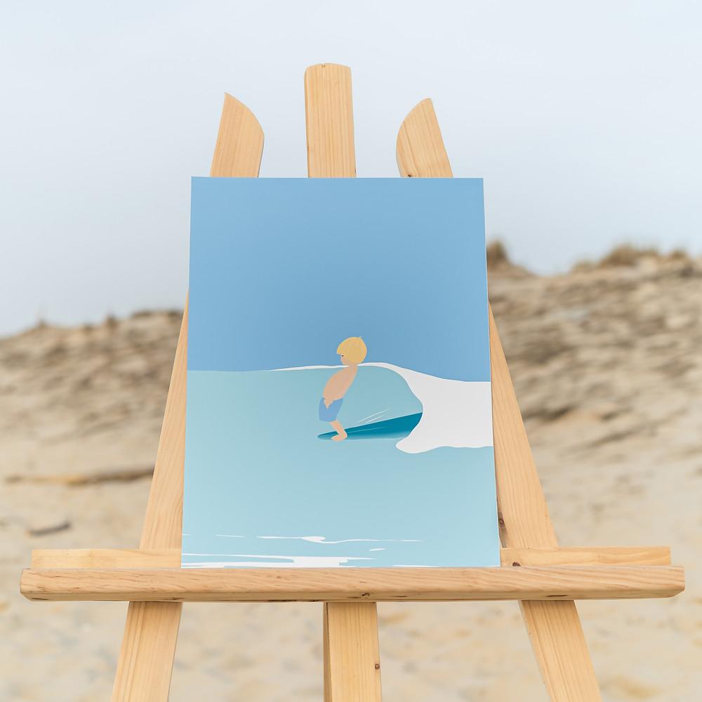 DENADDA, contes initiatiques pour les enfants et leurs parents, illustration graphique une plage jaune avec un enfant qui fait du surf, un enfant blond, aux yeux bleus,, mer bleu, illustration d'elma bouthors pour le lancement du site denadda.com