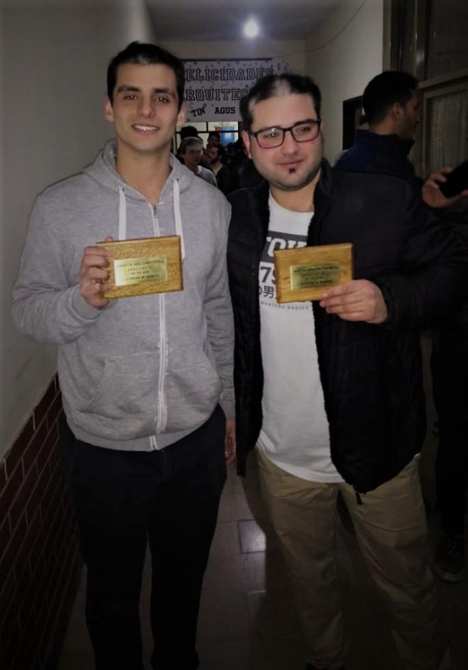 Agustín (izquierda) y Martín (derecha) con sus respectivas placas