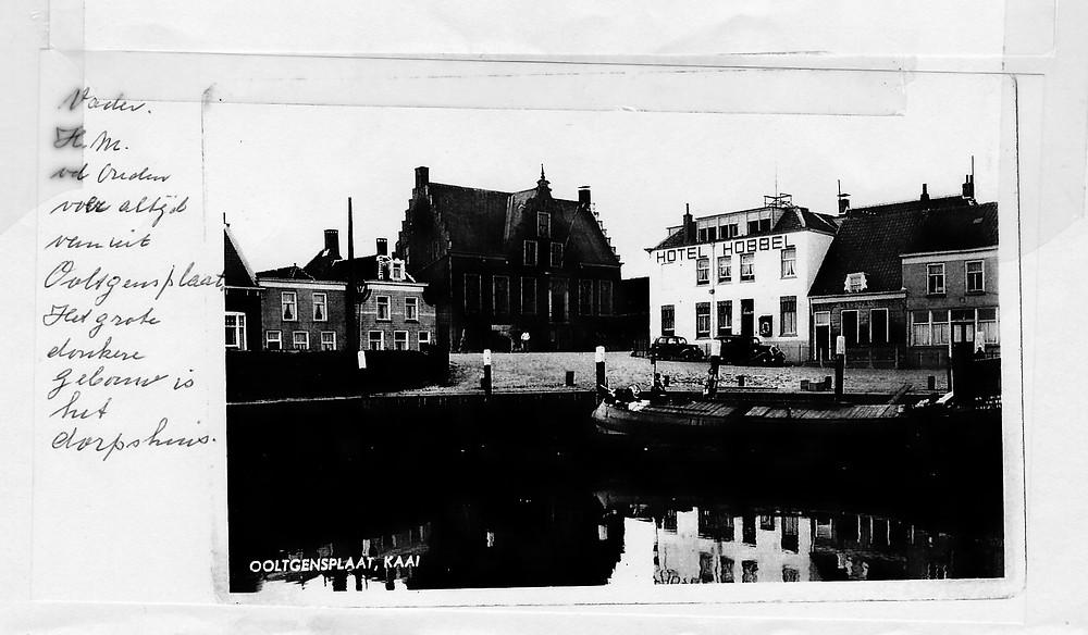 Vader vd Ouden voer altijd vanuit Ooltgensplaat. Courier ligt hier aan de kade voor het dorpshuis.