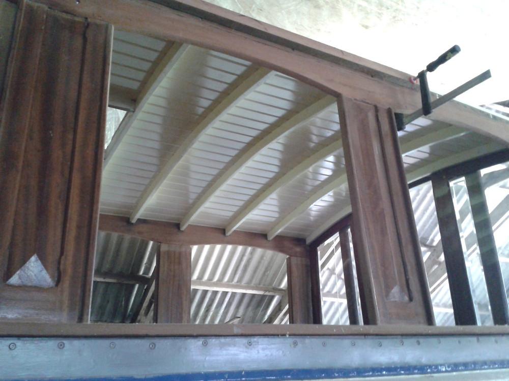 Het plafond aan de binnenzijde in de salon.