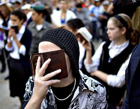 women praying at wall.jpg