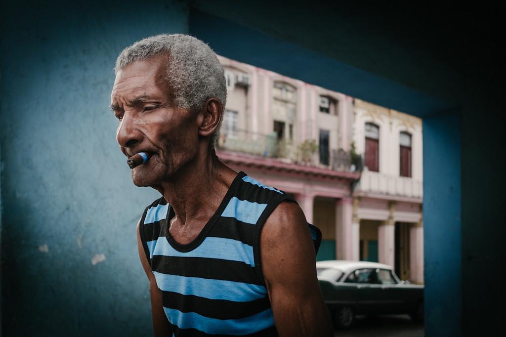 Mann mit Zigarre in Havanna