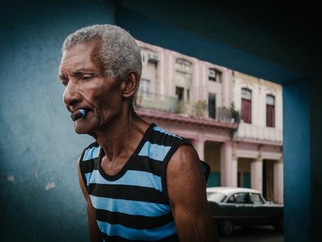 Mann mit Zigarre