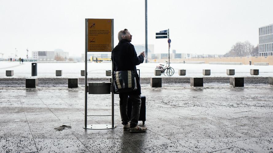 Raucherzone vor einem Bahnhof