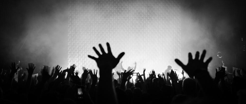 All die Hände recken sich nach oben