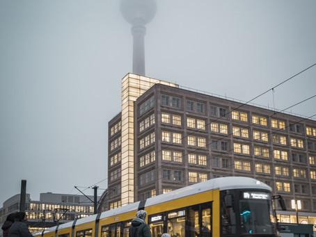 Der Fernsehturm, in den Wolken