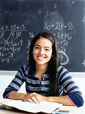 lycéenne en cours de maths se prépare au bac