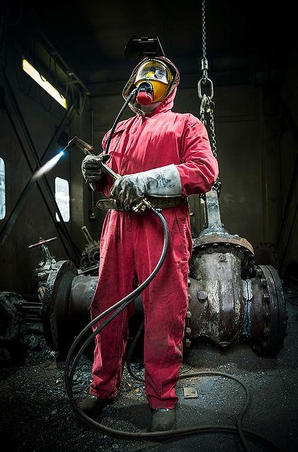 Zerlegen radioaktiv belasteter Metallteile beim AKW-Rückbau mit Schweißbrenner und Sauerstoffmaske