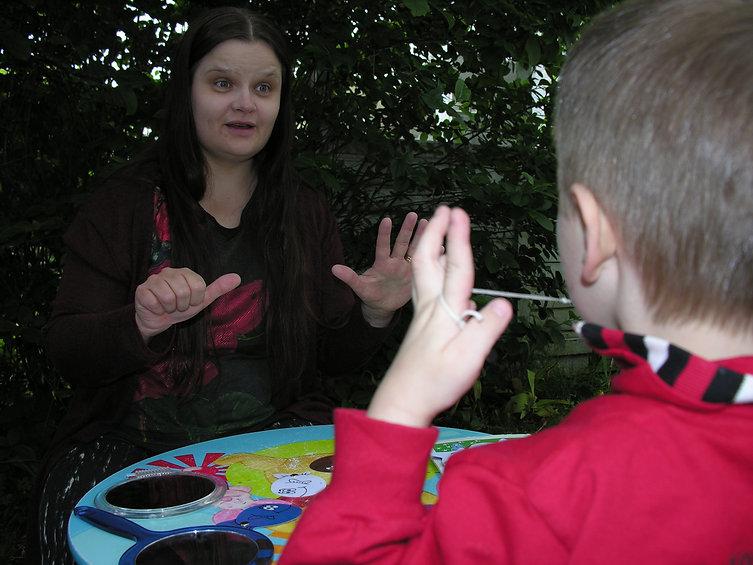 Alkukuva: Hanna ohjaa lasta pt-harjoituksessa