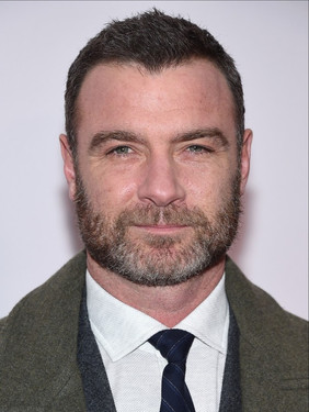 liev-schreiber-brings-his-sons-to-isle-o
