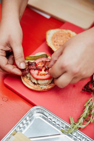 Speck auf Tomate - so wird ein Burger angerichtet