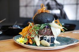 Black beef Burger mit Schweizer Spargeln