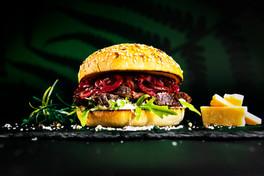 Picanha; Brasilianische Spezialität saftiges Picanha aus Schweizer Rindfleisch mit karamellisierten roten Zwiebeln, Rucola, hausgemachter Sauce und Parmigiano