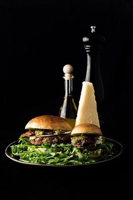 Sigis Spezial; hausgemachtes Pesto, getrocknete Tomaten, Parmesan, Rucola, Mayo, 180g-Bio-Suisse-Beef und frisch gebackenes Brioche-Bun