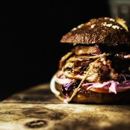 The Pork; Pulled pork Burger mit homemade Laugen-Buns, Coleslaw und BBQ Sauce