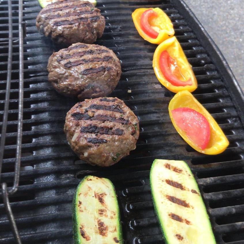 Hamburger auf dem Grill in Buochs