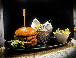 Vegan burger; composé d'un buns à la graine de lin, lait de coco et huile d'olive confectionné par mes soins. Une galette à base de riz complet, boulgour, lentilles corails, légumes, pâte de curry et pâte de piment coréenne. Une tranche d'aubergine marinée et grillée au barbecue japonais, une échalote confite sans gras et un ketchup maison à la tomate jaune