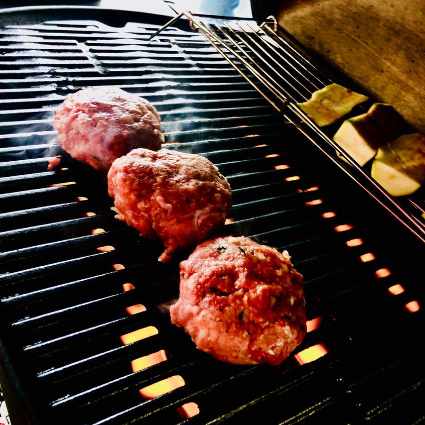 Burger brutzeln auf dem Grill