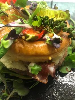 Pastetli Burger mit Rindfleisch, Thaibohnen und Parmesanchips