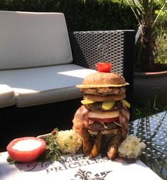 Swiss triple Club Burger mit Rind, Schwein und Poulet
