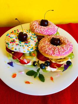 Donut-Burger mit Quark und Beeren