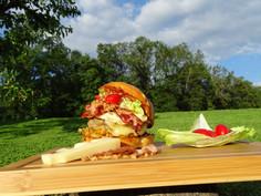 Der Bärner; Speckzopf-Bun gefüllt mit Berner Rindfleisch, Müetis Käse, Rösti, knusprigen Speckstreifen, Spiegelei, Röstzwiebeln, Eisbergsalat, Cherrytomaten und hausgemachter BBQ-Sauce