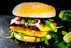 Grilleria Vegi; Grillkäse eingelegt in eine hausgemachte Currymischung mit Aubergine und Zucchini, hausgemachte Honig-Senf-Sauce, Rucola, Zwiebeln, Petersilie und Minze