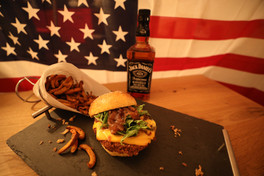 The Jack; Pain homemade à la patate douce, steak de haricots rouges/champignons avec de Whisky Jack Daniel's, sauces BBQ Jack Daniel's et miel, chutney d'oignons, oignons grillés, cheddar, salade et frites de patates douces...