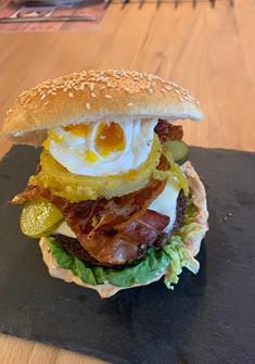 Eschbi's Sloope John Burger, reines Weidebeef, Sesam-Bun, smoked Chili-Knoblach-Aioli, Appenzeller Schmerlzkäse, Bacon und Essiggurke