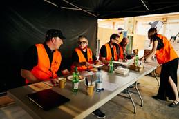 Die Juroren der Swiss Barbecue Association in der Nebenhalle; auf Arbeit wartend