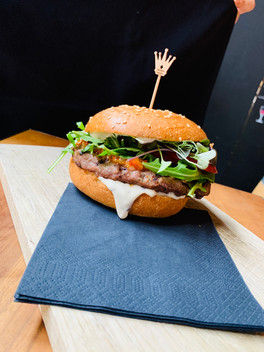 Rindsburger mit Sesambrot Ruccola, Trüffelmayo,Micro Leaves und Tomatenrelish