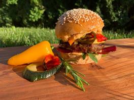 Weidlamm-Curryburger im Dinkel-Bun mit glasiertem Süss-Sauer Gemüse, Grill-Mango, Crunchy Bresaola und Spicy-Humus