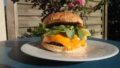 Cheeseburger mit Bacon-Rind Patty und hausgemachtem Smoked Ketchup